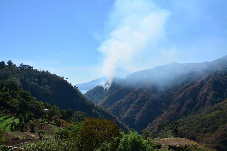 El humo generado por le incendio puede verse a varios kilómetros de distancia. (Foto Prensa Libre: Édgar René Saenz)