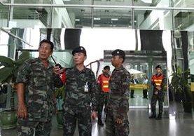 Vigilancia en hospital de Bangkok, Tailandia, donde hubo una explosión que dejó 20 heridos. (Foto Prensa Libre: AFP)