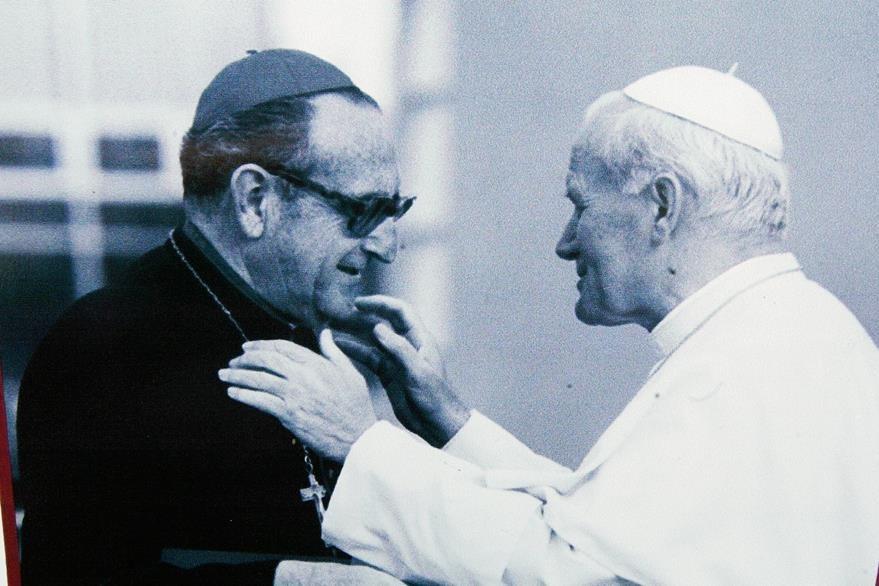Monseñor Juan Gerardi y el Papa Juan Pablo II. Foto: Hemeroteca PL