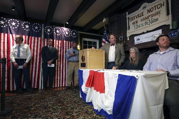 votantes esperan para ejercer su derecho al voto en Dixville Notch, New Hampshire. (EFE).