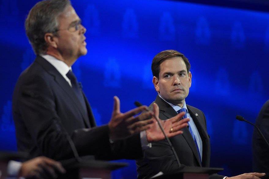 Jeb Bush, primero de izquierda,Marco Rubio a la  derecha, durante el reciente debate presidencial republicano.