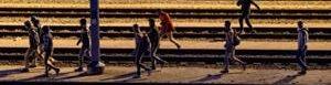 Inmigrantes tratan de entrar en Eurotunel.