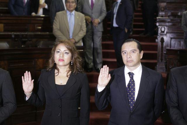 Lucrecia Samayoa y Juan Carlos Bautista son juramentados como diputados al Congreso. (Foto Prensa Libre: Edwin Bercián)