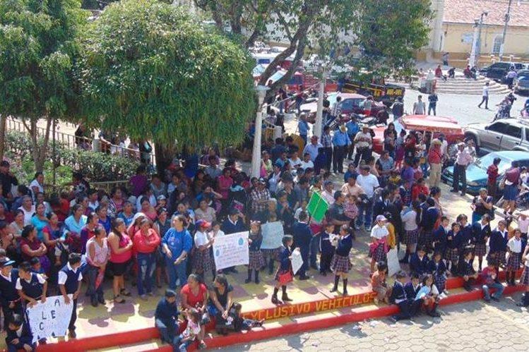 Pobladores manifiestan frente a la comuna de Chiantla para pedir servicio de agua. (Foto Prensa Libre: Mike Castillo).
