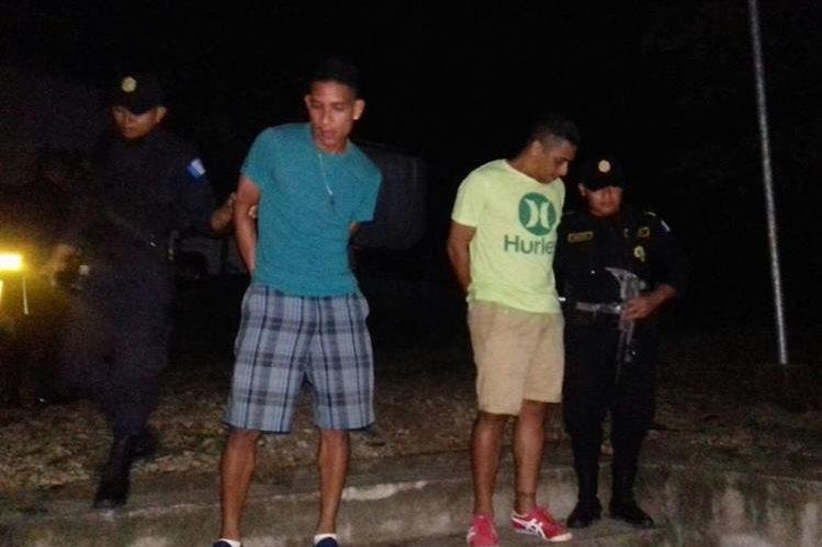 El exintegrante del Deportivo Sayaxché Gilber Artavia Segura –derecha– fue apresado junto al jugador Melvin Ramos Ávalos, por agresión contra comerciante. (Foto Prensa Libre: PNC)