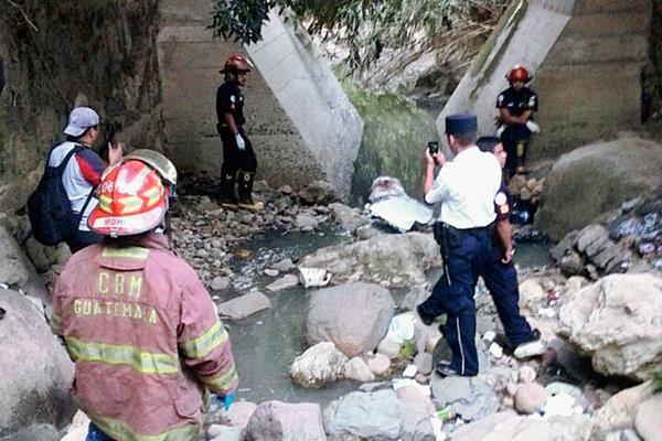 Restos humanos fueron localizado en un río de aguas servidas en Santa Catarina Pinula. (Fotografía Prensa Libre: Erick Ávila).