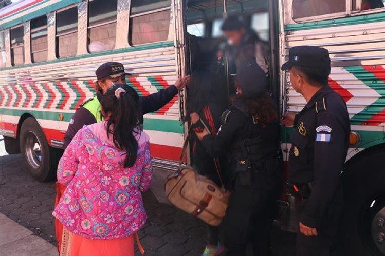 Los tres menores fueron resguardados por la Policía Nacional Civil y Policía Municipal de Tránsito a su llegada a San Pedro Sacatepéquez, San Marcos. (Foto Prensa Libre: Whitmer Barrera)