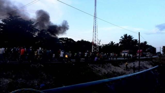 La quema del vehículo provocó larga columnas de humo. (Foto Prensa Libre: Eduardo Sam)