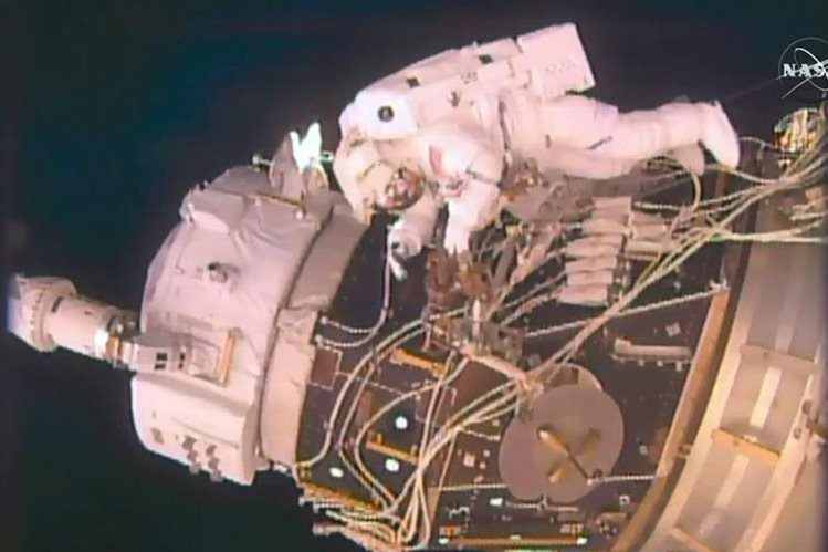 Dos astronautas durante una incursión al espacio. (AFP).