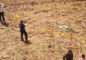 Autoridades inspeccionan el lugar donde fue localizado el cadáver en la aldea Tacharte, La Unión, Zacapa. (Foto Prensa Libre: Víctor Gómez)
