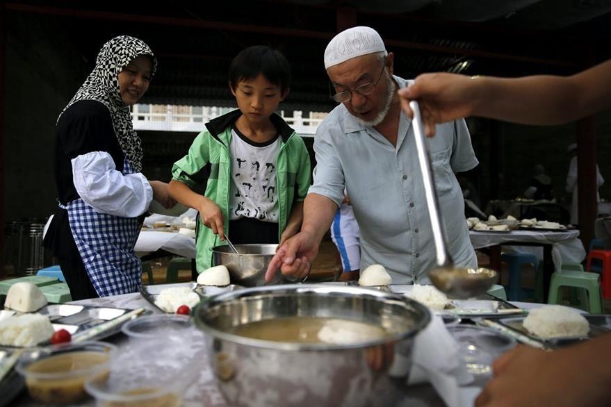 Varios musulmanes comen después de la primera jornada de ayuno en el mes del Ramadán, los fieles tienen derecho a comer después de la puesta del sol. (Foto Prensa Libre: EFE).