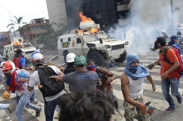 Manifestantes lanzaron bombas Molotov contra un vehículo de la Guardia Nacional.