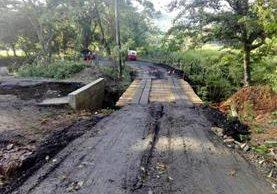 Un puente de madera sirve de paso temporal en Playa Dorada, Los Amates, Izabal, luego de un socavamiento. (Foto Prensa Libre: Dony Stewart)