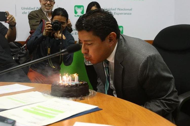 Momento en que Carlos Barreda sopla las velas de su pastel. (Foto Prensa Libre: Urías Gamarro)