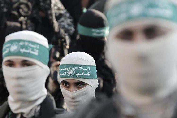 <em>&nbsp;Militantes de las brigadas de Izz ad-Din al-Qassam, facción de Hamás, en la plaza Al Meena en Gaza, Franja de Gaza.(Foto Prensa Libre: EFE).</em>
