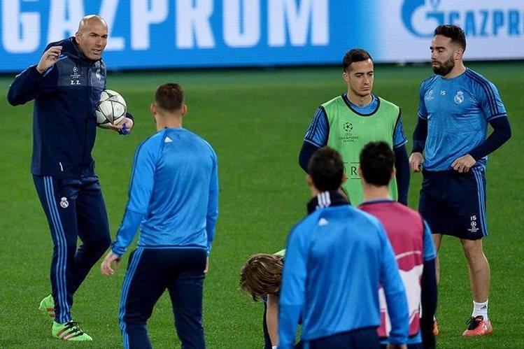 Zinedine Zidane durante el entrenamiento del Real Madrid ayer en el estadio Olímpico de Roma. (Foto Prensa Libre: AFP)