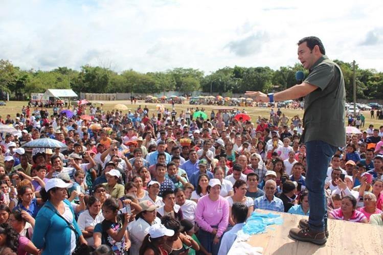 El presidente electo, Jimmy Morales, se dirige a pobladores del área central de Petén. (Foto Prensa Libre: Rigoberto Escobar)