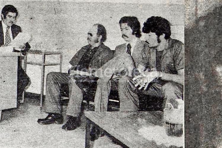 El 6 de julio de 1977 licenciado Rodrigo Herrera Moya, juez décimo de primera instancia leen la sentencia a Víctor Manuel de León Chacón y Mario Ernesto Galdámez Cabrera, quienes aparecen acompañados de su abogado defensor.Foto HemerotecaPL.