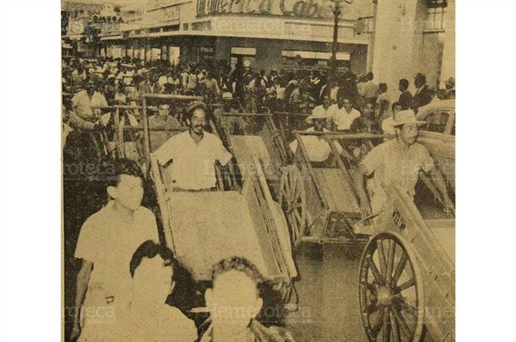 Millares de ciclistas y dueños de carretillas de mano, desfilaron por las avenidas céntricas de la ciudad, protestando por las disposiciones del departamento de tránsito. 28/4/1956. (Foto: Hemeroteca PL)