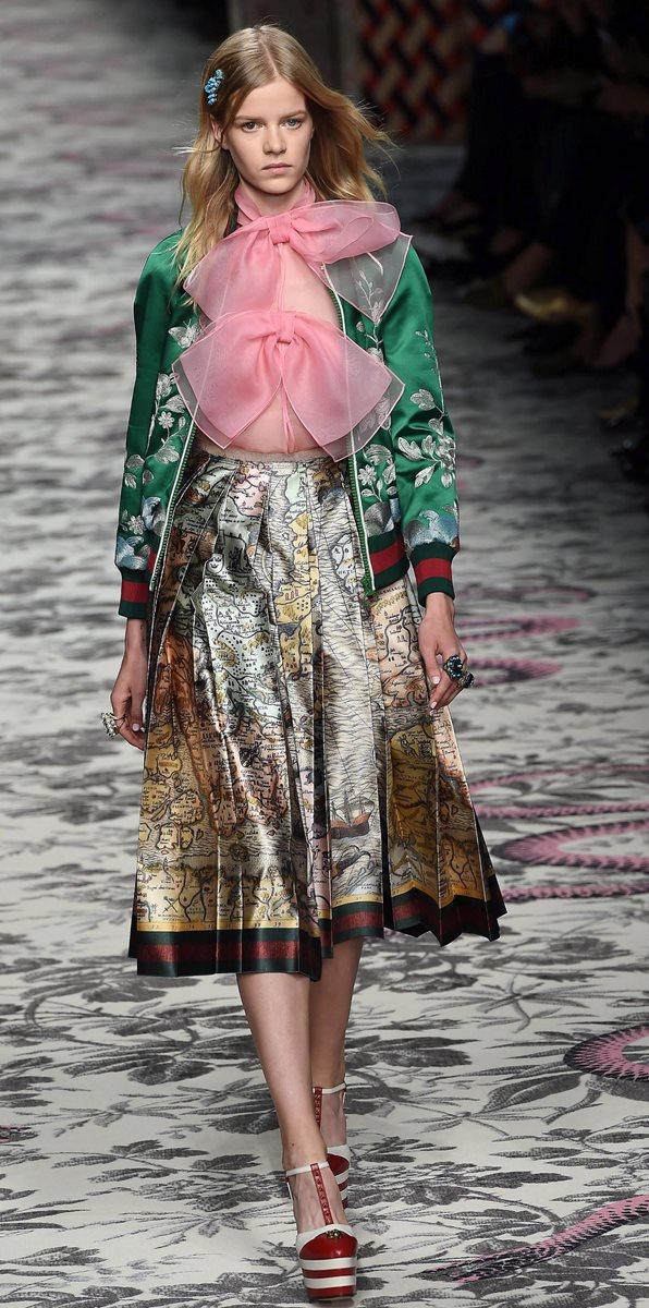 Las faldas de corte hasta la rodilla fueron parte de la propuesta de Gucci. (Foto Prensa Libre: EFE).