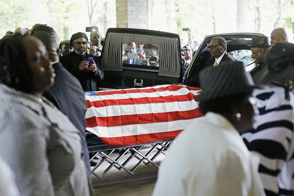 Cientos de personas asistieron al funeral. (Foto Prensa Libre: AFP).