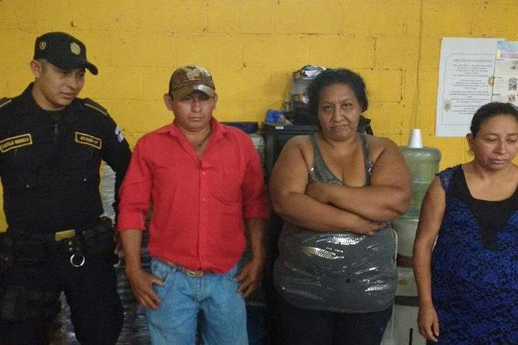 Los tres detenidos son trasladados a la subestación policial de Chiquimula. (Foto Prensa Libre: Edwin Paxtor).