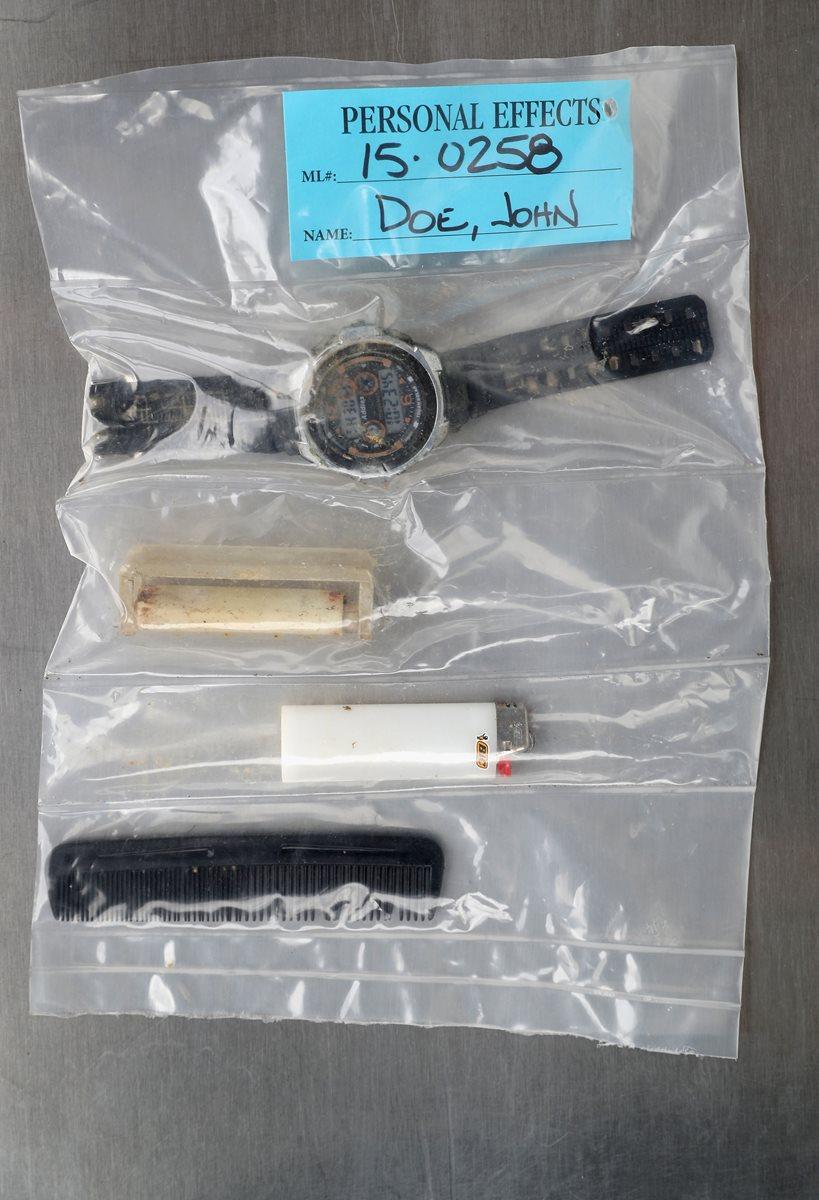 Un encendedor, un peine y un reloj entre otras pertenencias. (Foto Prensa Libre: AFP).