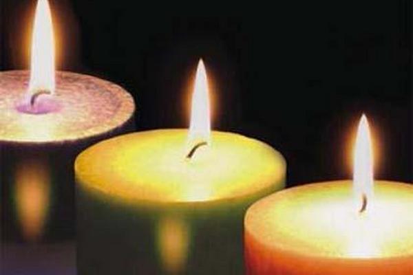 <p>Encender velas de diferentes colores se atre la buena suerte</p>