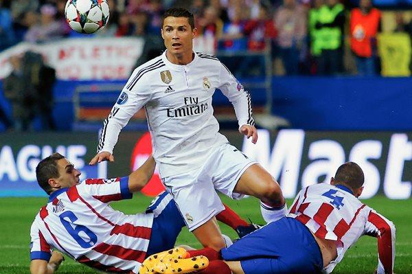 Cristiano Ronaldo pelea por el balón contra Koke y Mario Suárez en el estadio Vicente Calderón. (Foto Prensa Libre: AP)
