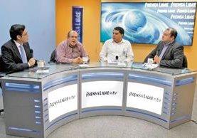 Eduardo Carrera, del Ceur, y Gerson López, de la Anam —al centro—, conversan con el periodista José Patzán y el editor Antonio Barrios, durante el programa Diálogo Libre.