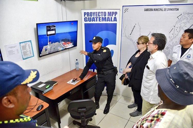 El embajador Arreaga en compañía de alcaldes y delegados centroamericanos visitaron proyectos que ya se encuentran en ejecución en el municipio de Livingston. (Foto Prensa Libre: Dony Stewart)