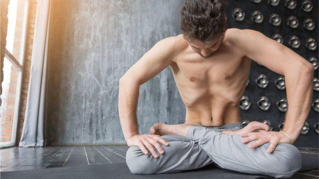 Normalmente los músculos del recto abdominal, verticales y largos, están pegados. (KARINAUVAROVA / GETTY IMAGES)