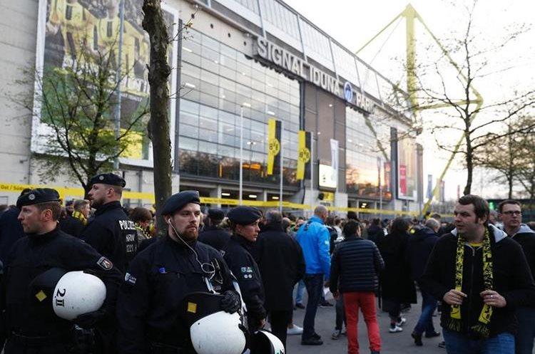 La policía patrulla en los alrededores del estadio luego de la explosión. (Foto Prensa Libre: AFP)