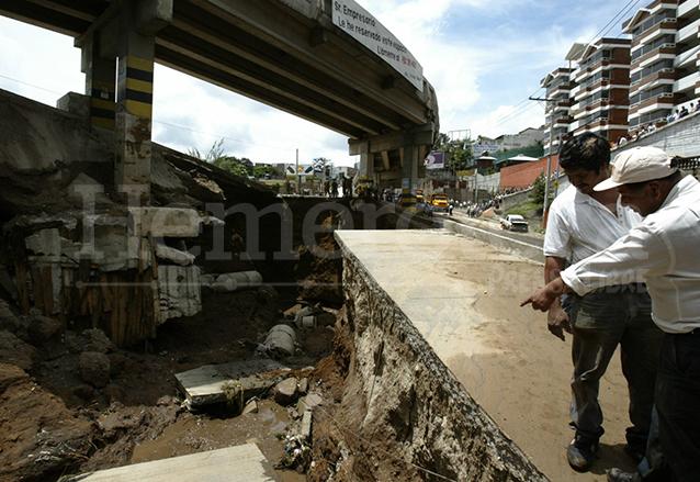 En menos de un año el puente de El Caminero colapsó por las intensas lluvias. Foto del 29/6/2003. (Foto: Hemeroteca PL)