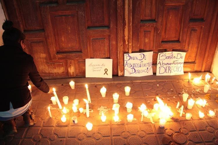 Pancartas y veladoras fueron colocadas en el atrio de la parroquia de San Luis, en Salcajá, donde pobladores exigen renuncia del sacerdote Juan Antonio Molina. (Foto Prensa Libre: Carlos Ventura)