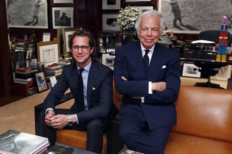 Ralph Lauren -derecha- junto a Stefan Larsson quien tomará el lugar del diseñador en noviembre. (Foto Prensa Libre: AP).