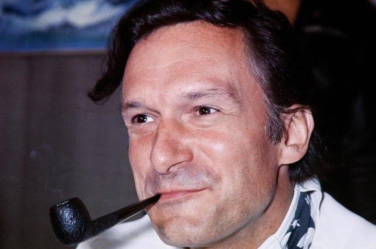Hugh Hefner durante una conferencia de prensa en el aeropuerto Le Bourget en Francia, en 1970.