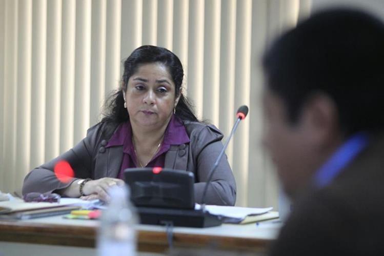Jisela Reinoso escucha detalles del informe financiero presentado por la Cicig, durante el debate en su contra. (Foto Prensa Libre: Edwin Bercián)