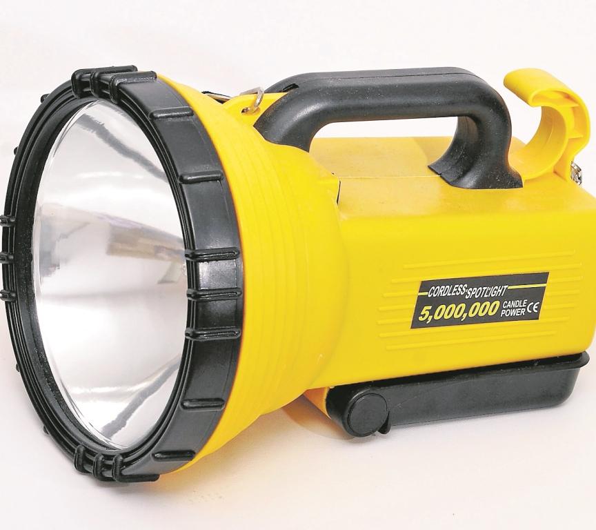 A nadie debe faltarle una buena lámpara de mano de  baterías, ya sea para un apagón o una noche de campamento. Hay con luz LED. (Foto Prensa Libre: Hemeroteca PL)