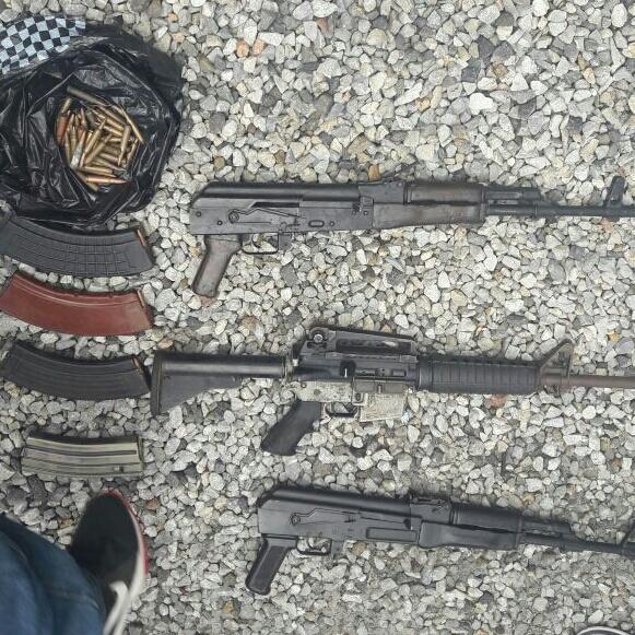 Armas decomisadas a Derick Roberto Kiesling Barrios, de 21 años, en la zona 9 de la capital.  (Foto Prensa Libre: PNC)