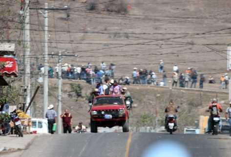 Vecinos de Santa María Xalapán son movilizados en vehículos particulares para bloquear los cuatro ingresos a la cabecera de Jalapa, en protesta por el supuesto secuestro de cuatro líderes comunitarios.