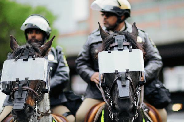 Policías de Baltimore mantienen alerta por posibles disturbios. (Foto Prensa Libre: AP).