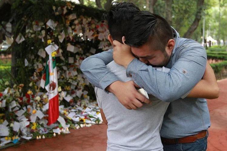 Ofrendas florales a víctimas del terremoto en México dan color en medio del caos, mientras familiares siguen buscando los cadáveres. (Foto Prensa Libre: EFE)