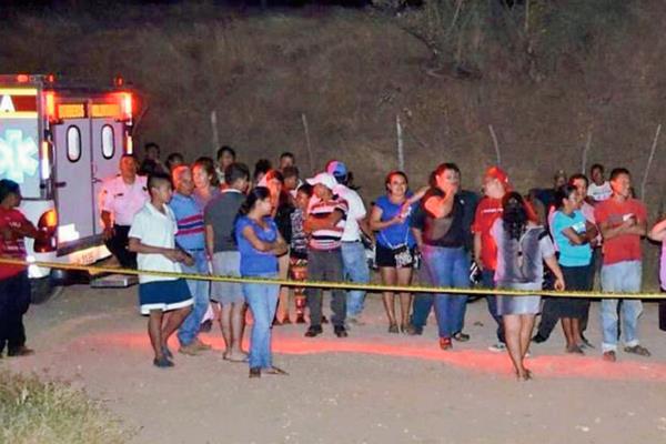 Curiosos permanecen en el lugar donde fue hallado cadáver, en Chiquimula. (Foto Prensa Libre: Bomberos Voluntarios)