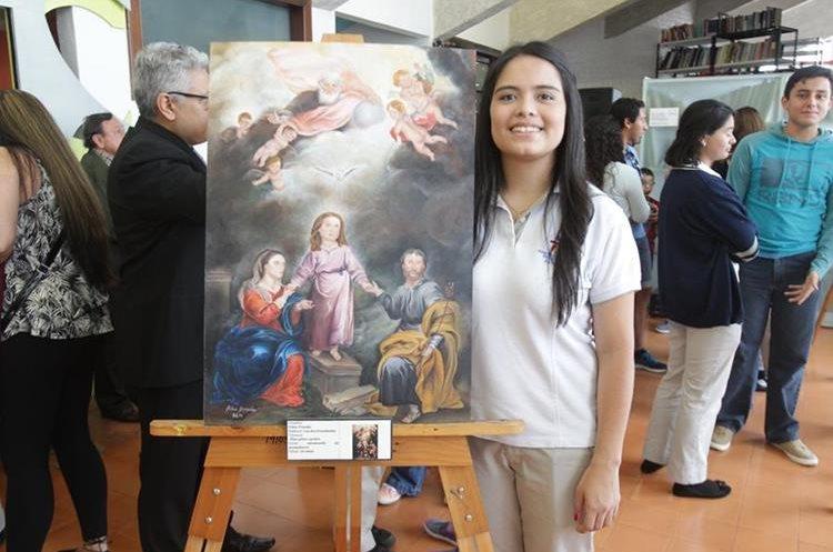 """Pilar Pineda (18) trabajó en """"Las dos trinidades"""" en óleo sobre cartón. Fue un proceso de dos meses en los que pintó por las noches y en tiempo libre que le quedaba. Su trabajo tenía varios rostros, de los que el cabello fue una parte complicada de realizar. (Foto Prensa Libre: Anna Lucía Ibarra)."""