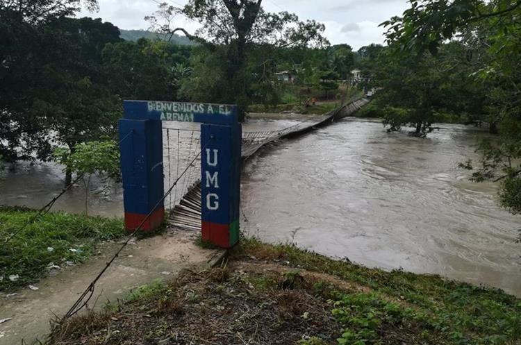 La crecida del río Mopán daño las bases del puente por lo que colapsó. (Foto Prensa Libre: Conred)