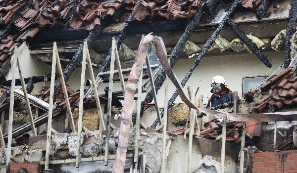 Un bombero revisa los daños ocasionados por el incendio en el hospital de Bergmannsheil. (EFE).
