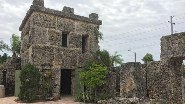 Edward Leedskalnin vivió en esta torre, en Homestead, Florida, desde 1938 hasta que murió en 1951. BBC MUNDO