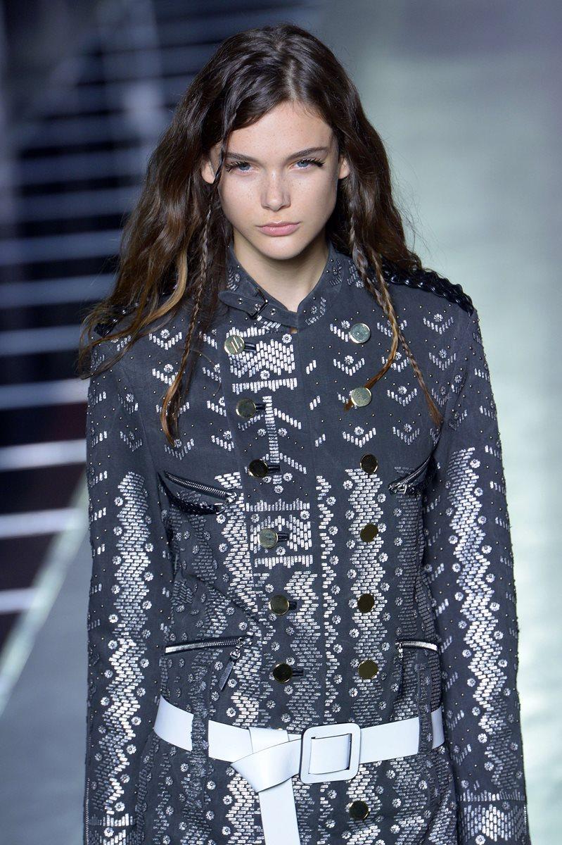Louis Vuitton apostó por vestidos con diseños geométricos y en línea A. (Foto Prensa Libre: AFP).