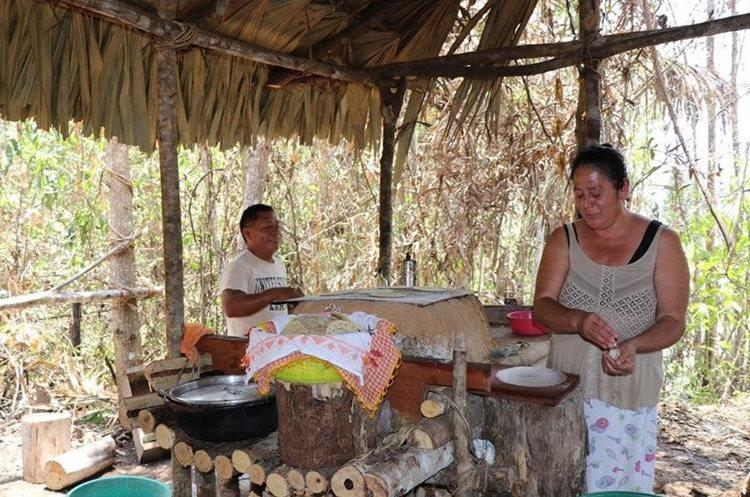 Elsa Salazar (d) y Neptaly Arias (i), dos voluntarios, ayudan en la preparación de alimentos que los apagafuegos necesitan para participar en las labores. (Foto Prensa Libre: Rigoberto Escobar)